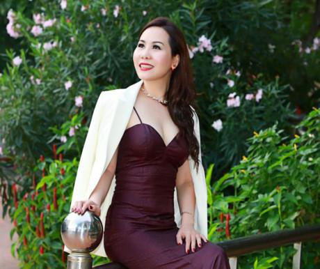 Nữ hoàng Kim Chi lấp ló khoe vòng ngực căng tròn - Công Lý