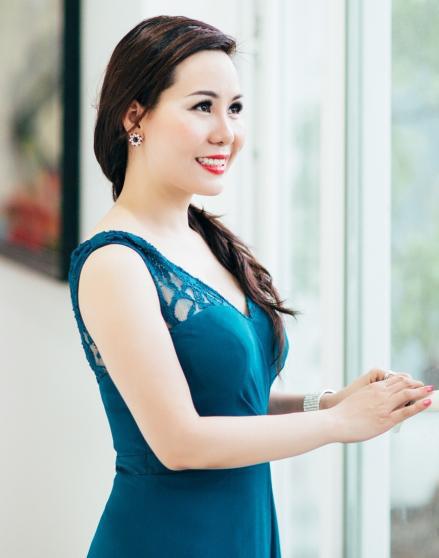 Nữ hoàng Kim Chi : Đẹp với nắng thu bằng màu xanh quyến rũ - Công Lý