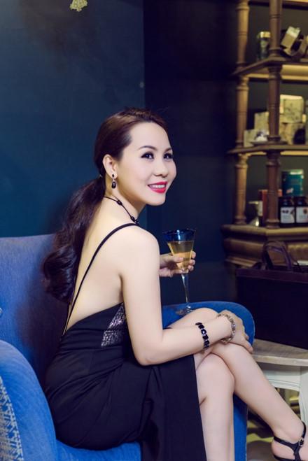 5 hoa hau tri thuc noi khong voi scandal, thi phi showbiz - Anh 10