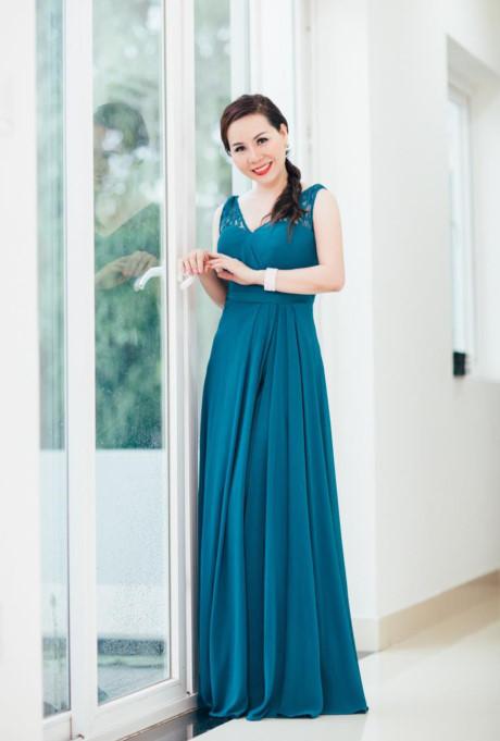 Nữ hoàng Doanh nhân dịu dàng cá tính với đầm xanh nhẹ nhàng - Người Tiêu Dùng