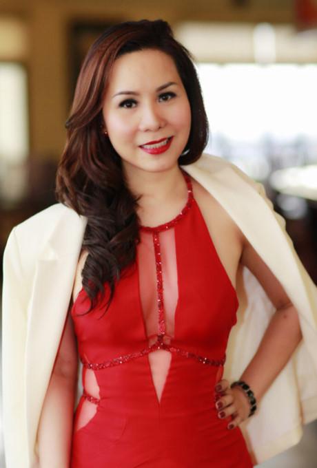 Nữ hoàng doanh nhân Kim Chi lấp ló vòng ngực sexy - Dân Việt